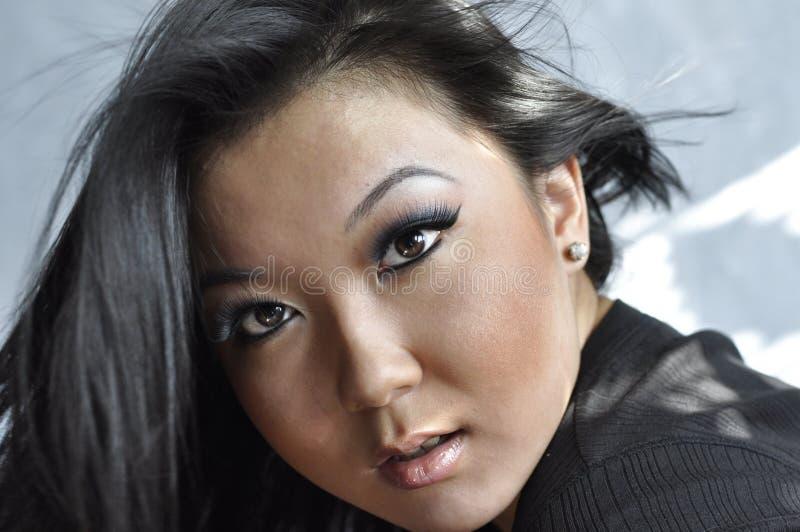 Portret van aantrekkelijke jonge Aziatische vrouw stock foto's