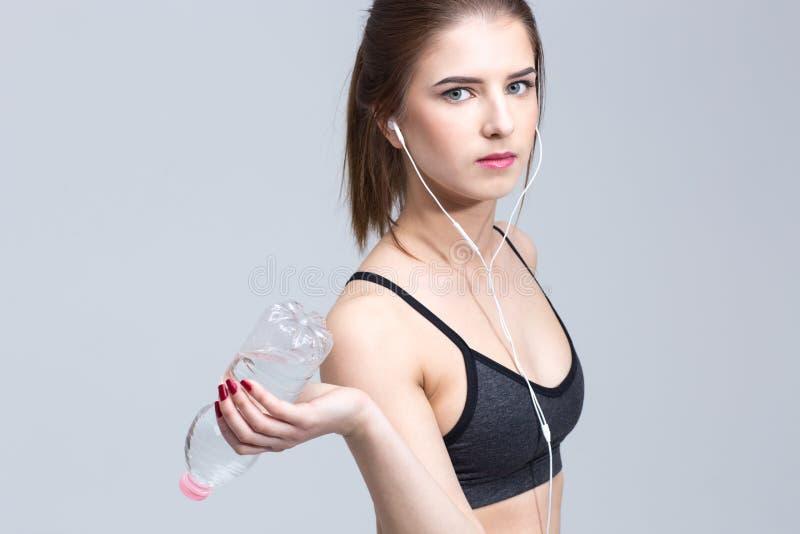 Portret van aantrekkelijke jonge sportieve vrouw royalty-vrije stock foto