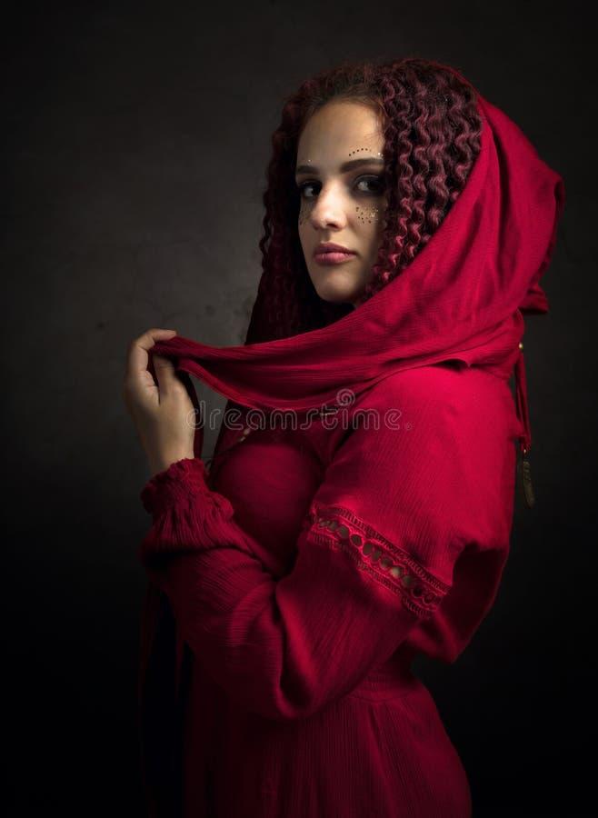 Portret van aantrekkelijke jonge vrouw in een buitensporige rode kleding stock afbeeldingen