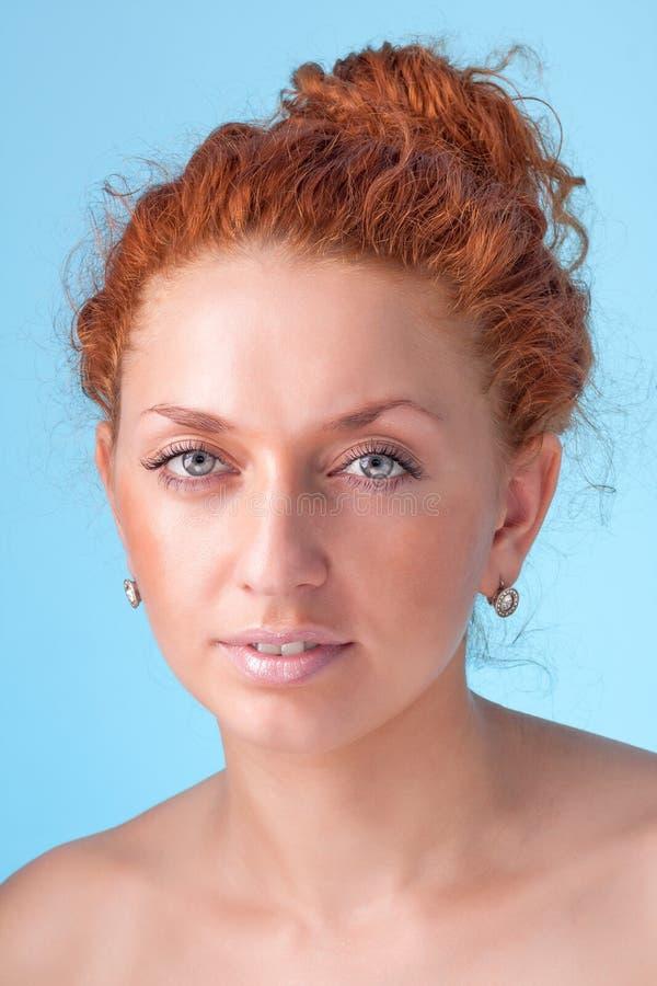 Portret van aantrekkelijke Kaukasische glimlachende vrouw stock afbeelding