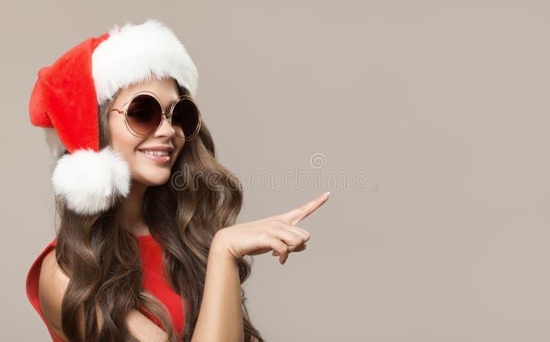 Portret van aantrekkelijke leuke glimlachende vrouw in santahoed stock foto's