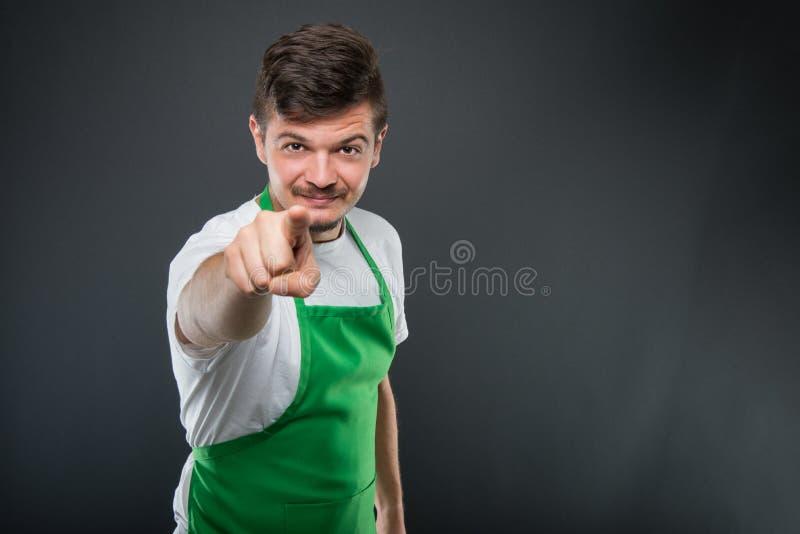 Portret van aantrekkelijke mannelijke supermarktwerkgever die camera richten royalty-vrije stock afbeeldingen