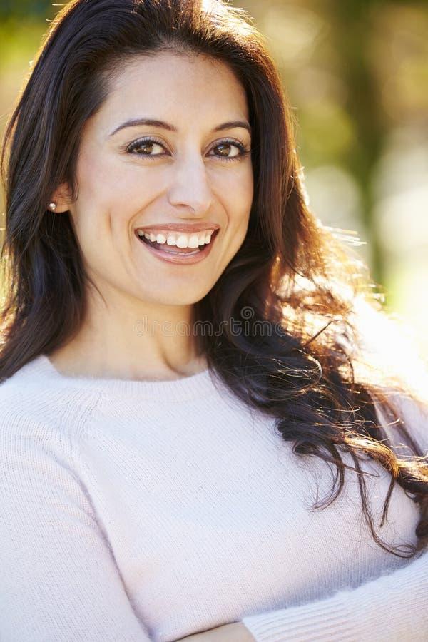 Portret van Aantrekkelijke Spaanse Vrouw in Platteland stock foto