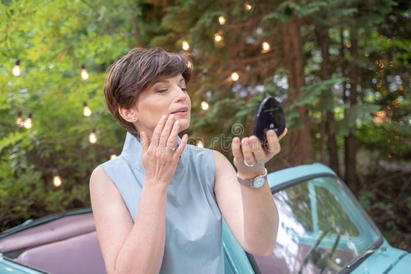Portret van aantrekkelijke vrouw Leuke bedrijfsvrouw die of haar samenstelling op openlucht aanpassen verbeteren stock foto's