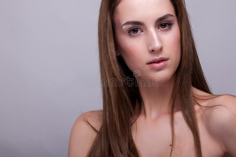 Portret van aantrekkelijke vrouw met perfecte huid en natuurlijke makeu royalty-vrije stock afbeeldingen