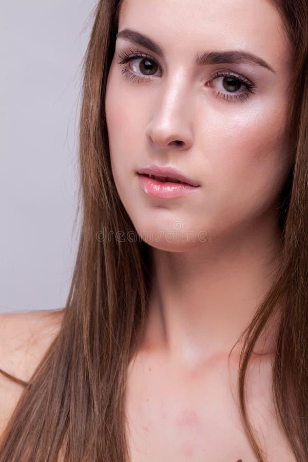 Portret van aantrekkelijke vrouw met perfecte huid en natuurlijke makeu royalty-vrije stock afbeelding