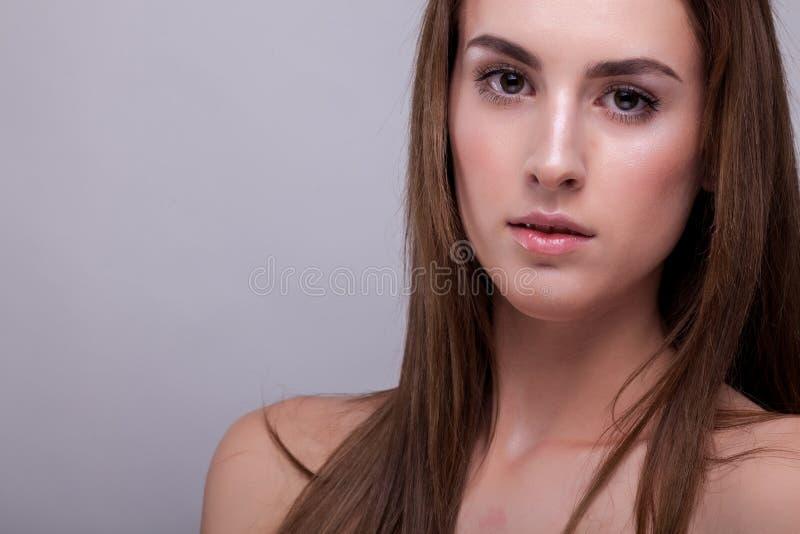 Portret van aantrekkelijke vrouw met perfecte huid en natuurlijke makeu royalty-vrije stock fotografie