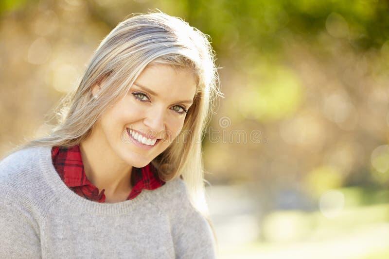 Portret van Aantrekkelijke Vrouw in Platteland stock foto