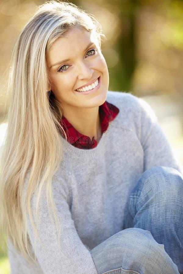 Portret van Aantrekkelijke Vrouw in Platteland royalty-vrije stock afbeeldingen
