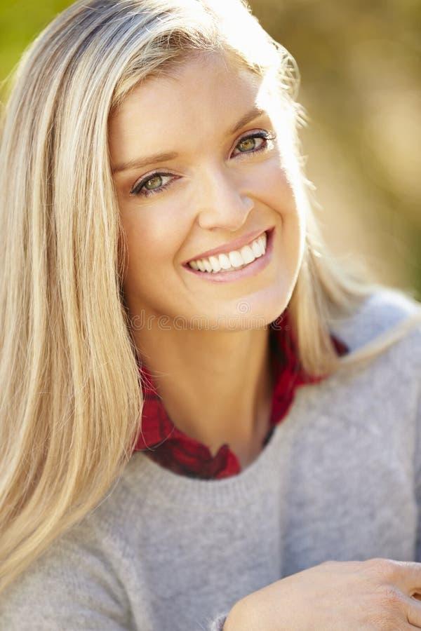 Portret van Aantrekkelijke Vrouw in Platteland stock fotografie
