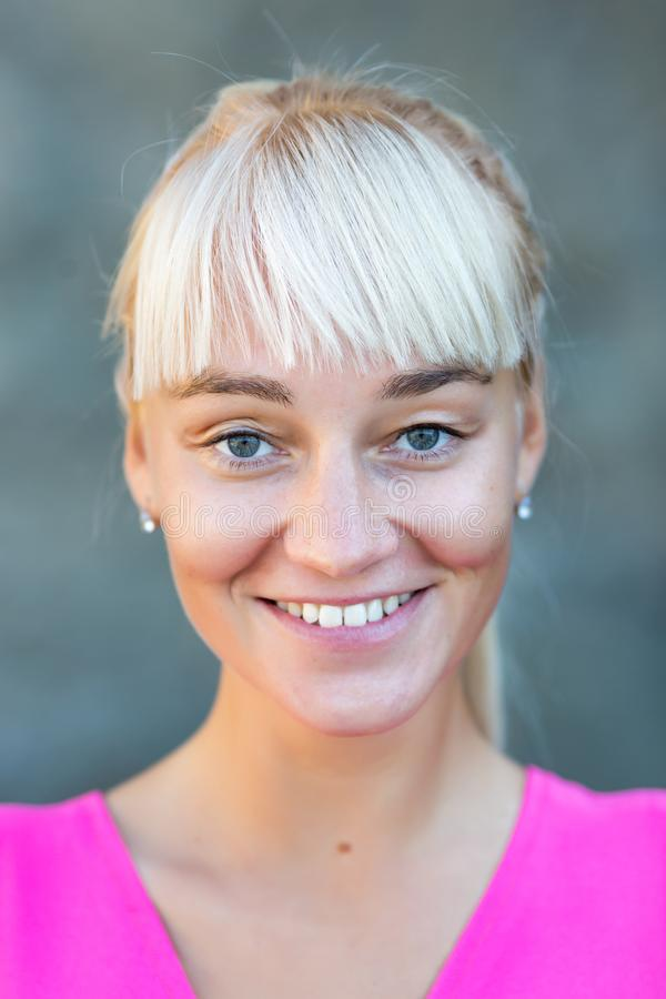 Portret van aantrekkelijke vrouwelijke persoon in roze slijtage royalty-vrije stock foto
