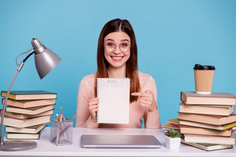 Portret van aardig aantrekkelijk ijverig vrolijk vrolijk meisje die het onderwerpsuniversiteit voorbereiden die van de examentest stock afbeelding