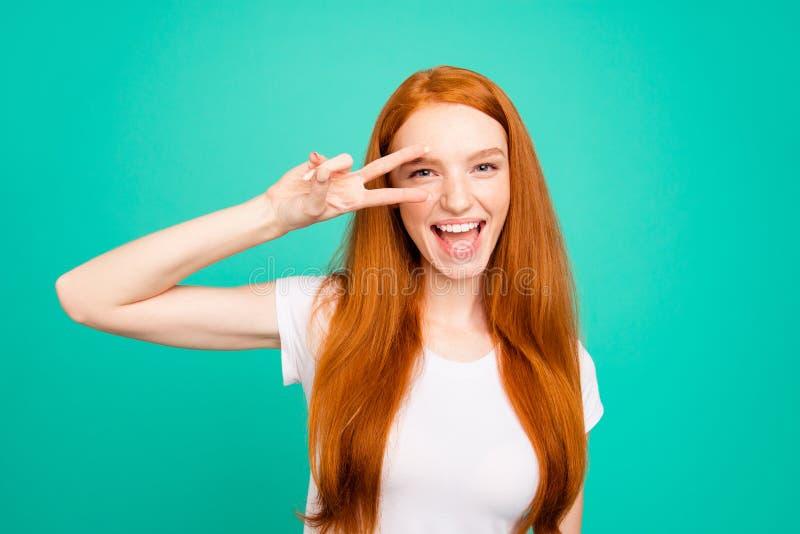 Portret van aardige positieve vrolijke blije leuke heldere levendige glanzend stock foto's