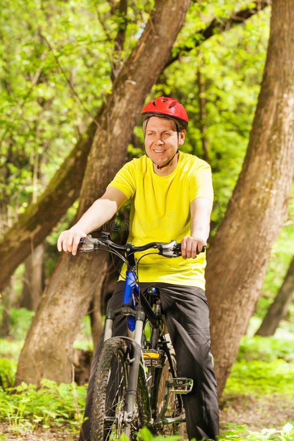 Portret van actief personenvervoer zijn bergfiets royalty-vrije stock foto