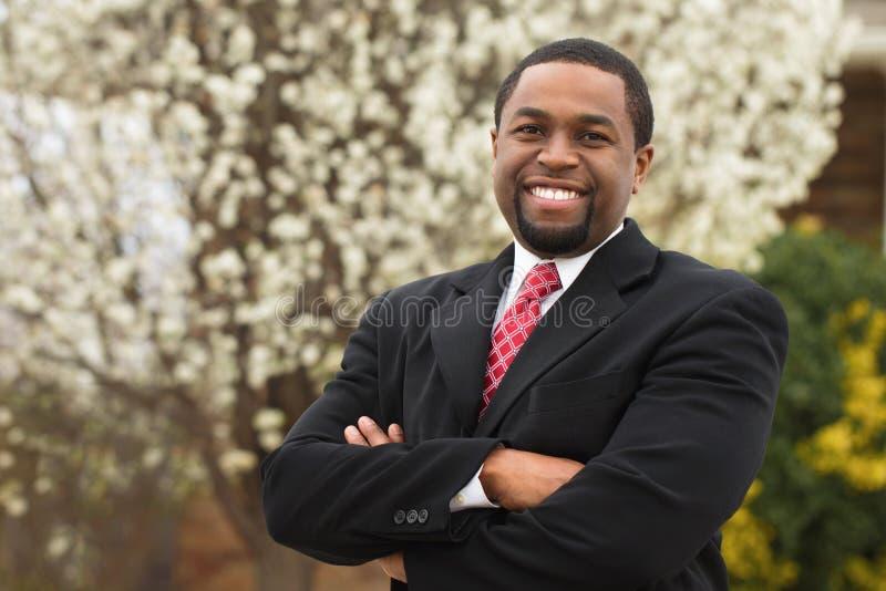 Portret van Afrikaanse Amerikaanse zakenlieden die een overeenkomst maken stock afbeelding