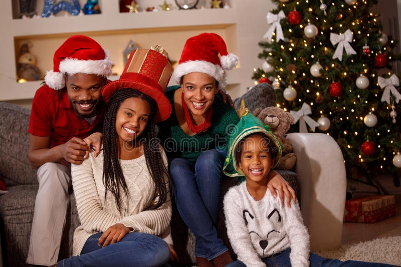 Portret van afro Amerikaanse familie in Kerstmanhoeden op Kerstmis stock afbeelding