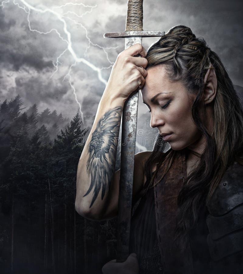 Portret van alfvrouw met zwaard royalty-vrije stock afbeelding