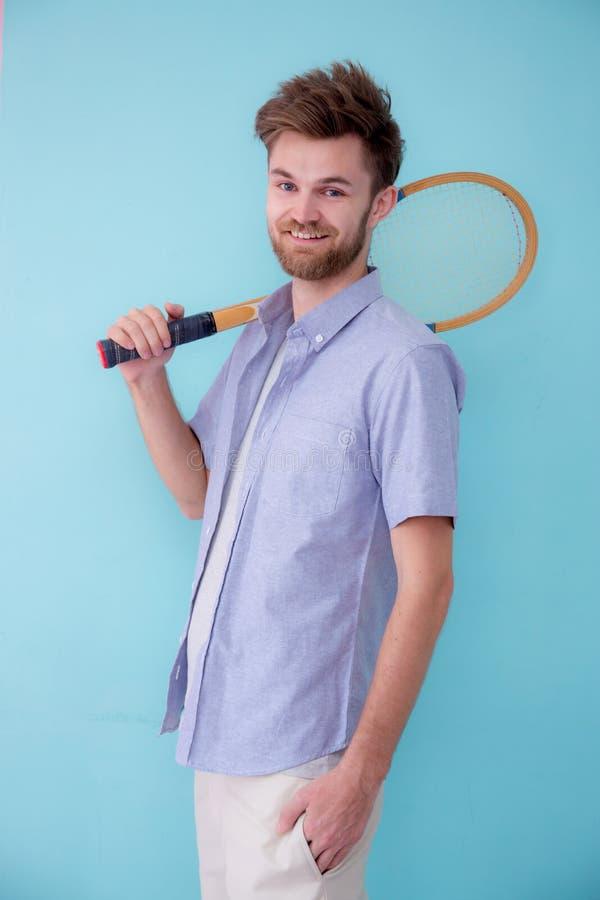 Portret van Amerikaanse mensen bevindende sporten met tennisracket stock afbeeldingen