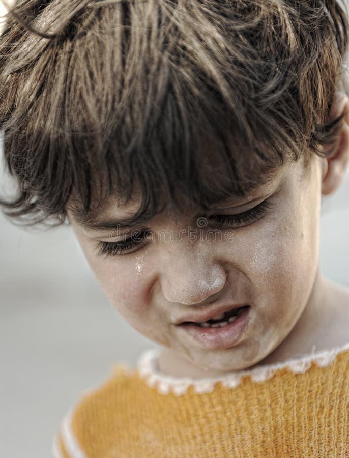 Portret van armoede, weinig jongen met droevige blik stock afbeeldingen