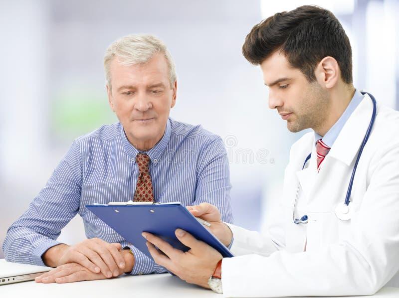 Portret van arts met hogere patiënt stock afbeelding