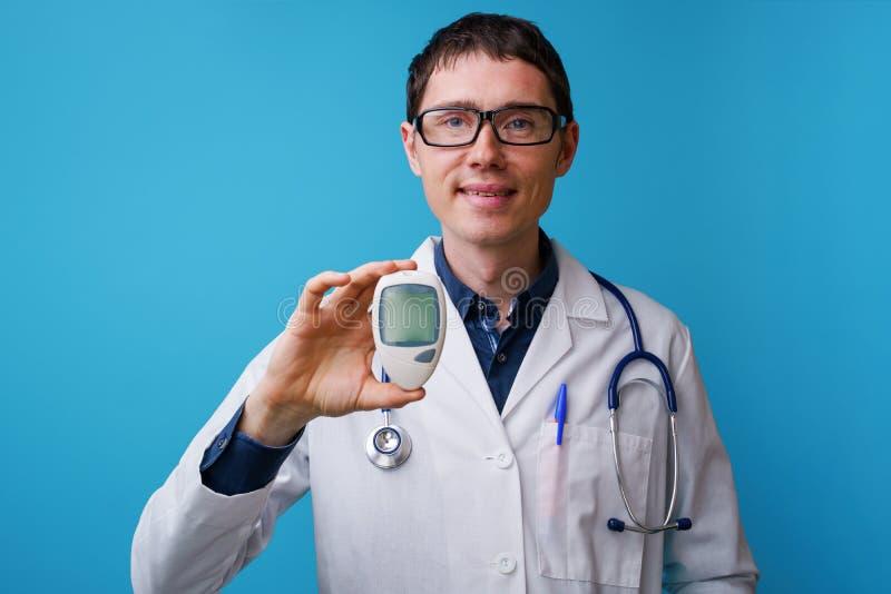 Portret van arts met stethoscoop en bloedglucosemeterin zijn hand royalty-vrije stock afbeeldingen