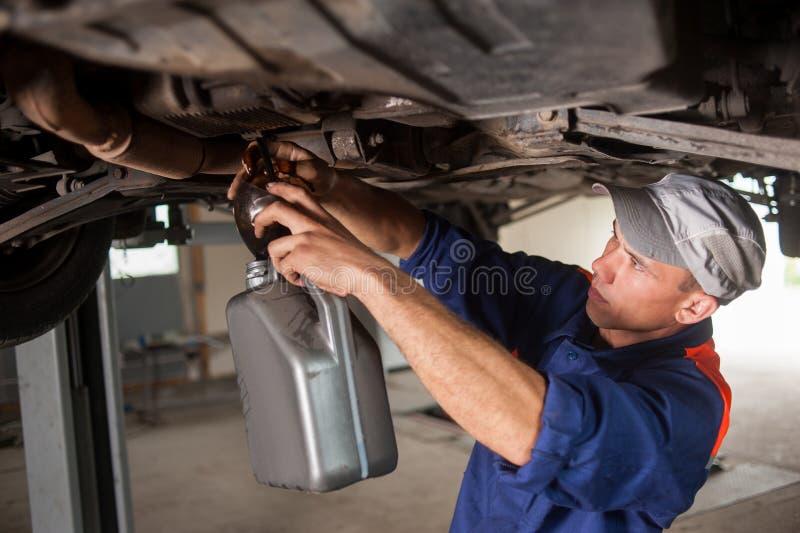 Portret van auto het mechanische werken met hulpmiddelen onder auto royalty-vrije stock foto's
