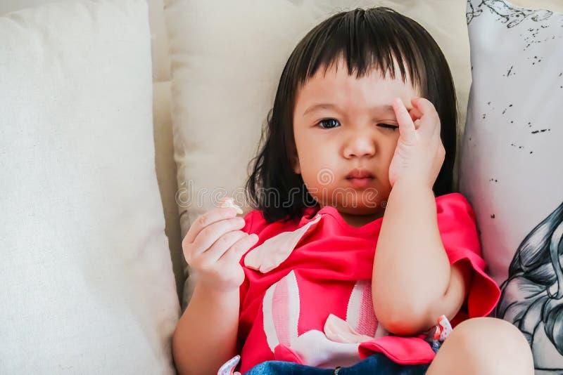 Portret van Aziatisch babymeisje die cornflakes eten royalty-vrije stock foto