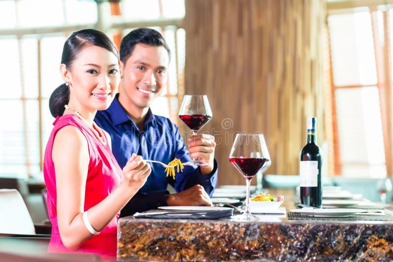 Portret van Aziatisch paar die in restaurant eten royalty-vrije stock foto