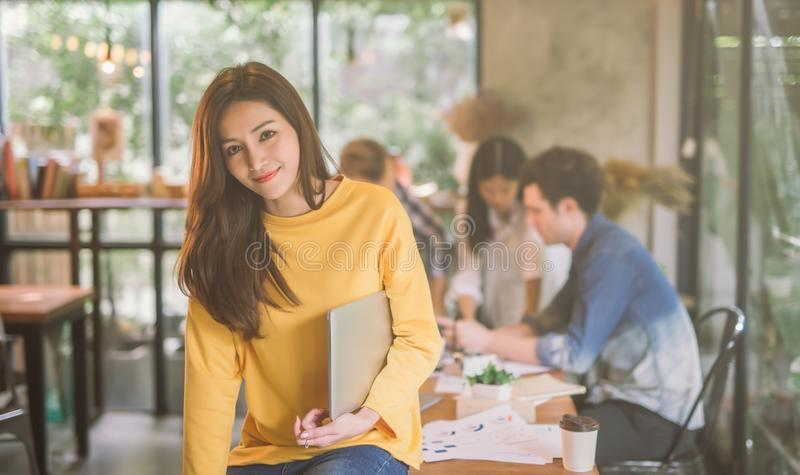 Portret van Aziatisch vrouwelijk werkend team coworking bureau, het Glimlachen van gelukkige beautif ul vrouw in modern bureau stock foto