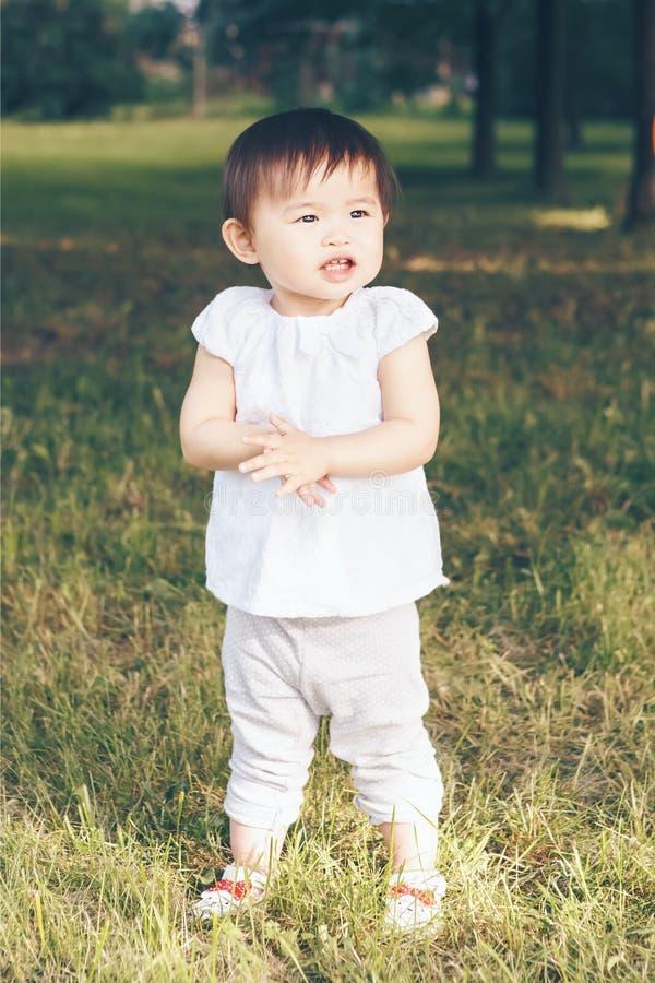 Portret van Aziatische baby die haar handen slaan royalty-vrije stock afbeeldingen