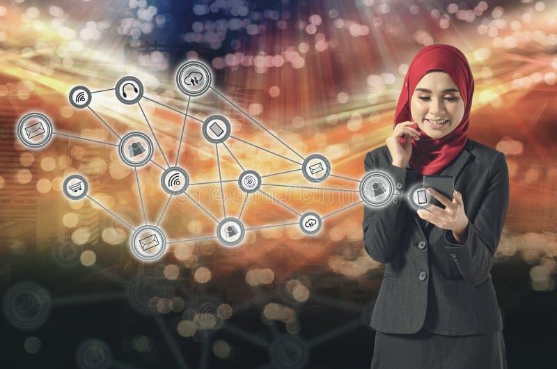 Portret van Aziatische bedrijfsvrouw die mobiele telefoon over abstracte dubbele blootstellingsachtergrond met behulp van stock foto