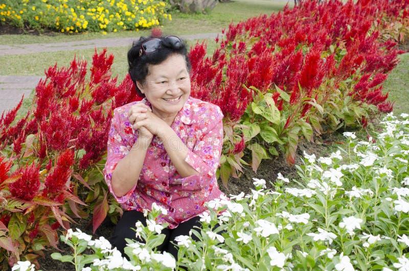 Portret van Aziatische bejaarden bij het park stock afbeeldingen