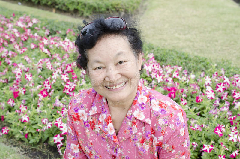 Portret van Aziatische bejaarden bij het park royalty-vrije stock afbeelding