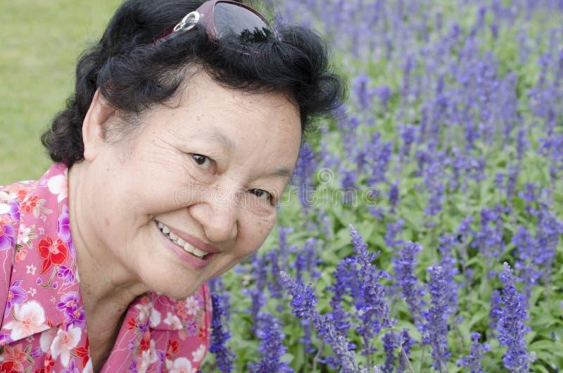 Portret van Aziatische bejaarden bij het park royalty-vrije stock afbeeldingen