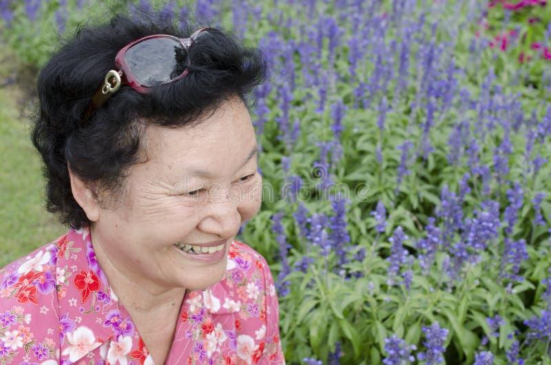 Portret van Aziatische bejaarden bij het park stock foto