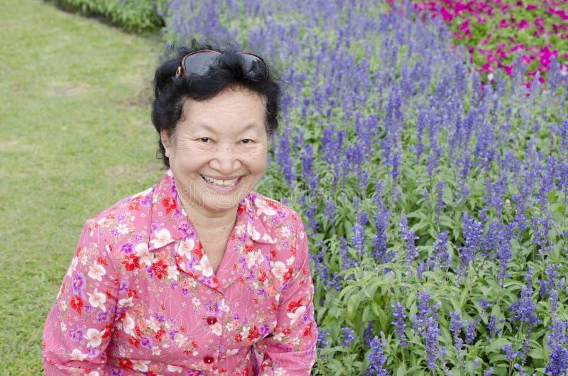 Portret van Aziatische bejaarden bij het park royalty-vrije stock foto's