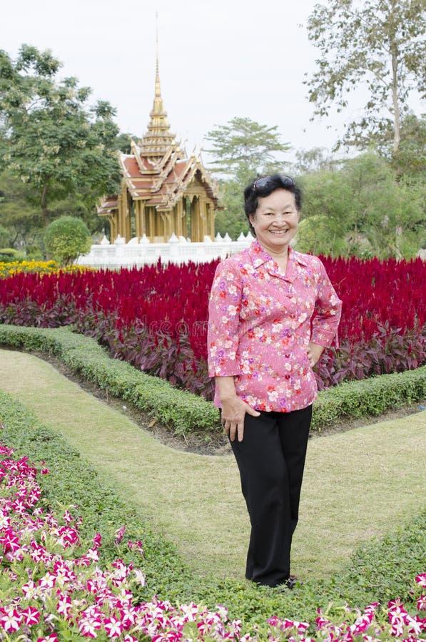 Portret van Aziatische bejaarden bij het park stock fotografie