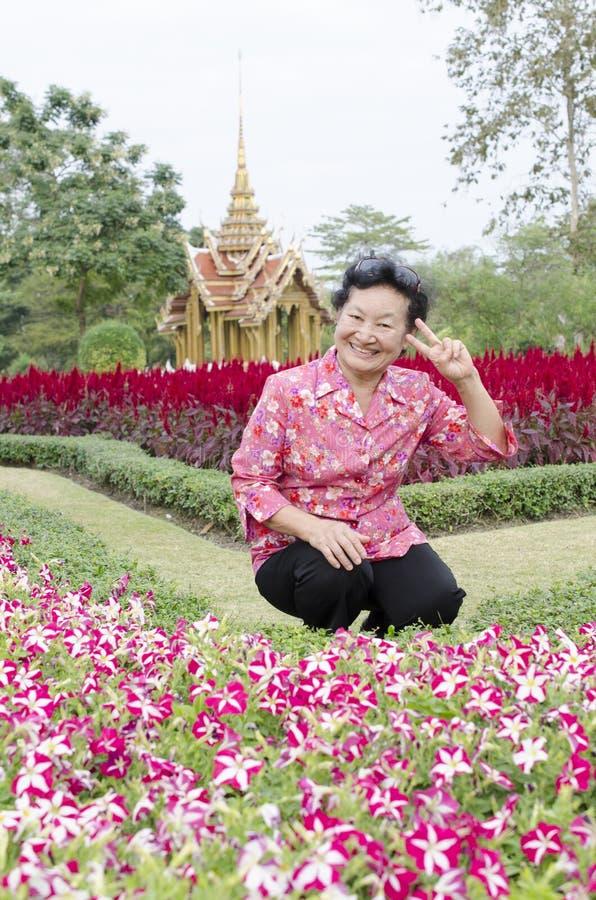 Portret van Aziatische bejaarden bij het park royalty-vrije stock foto