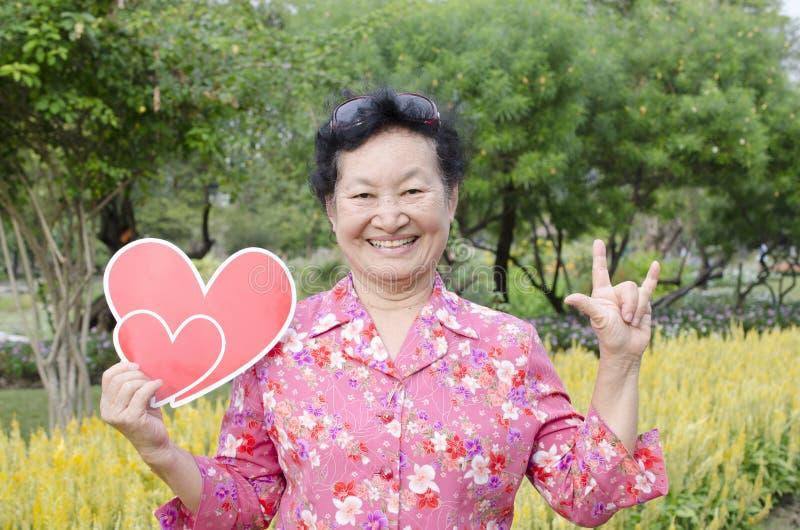 Portret van Aziatische bejaarden bij het park royalty-vrije stock fotografie