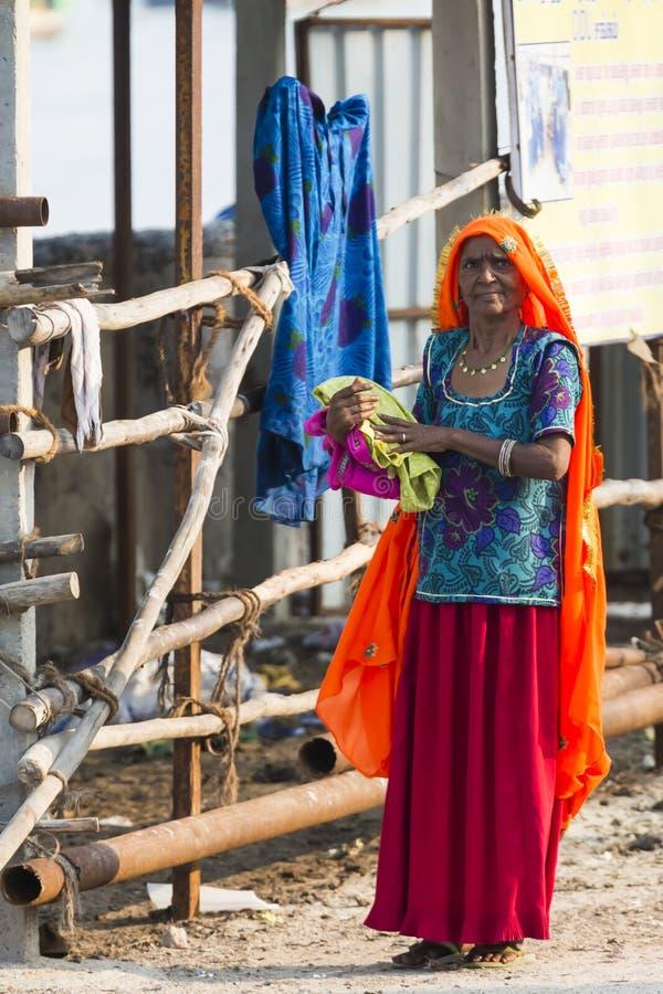 Portret van Aziatische hogere mooie vrouw die traditionele oranje en blauwe Indische kleding Sari dragen stock fotografie
