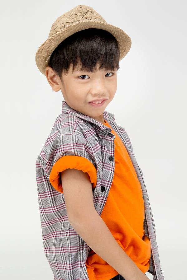 Portret van Aziatische leuke jongen met katoenen hoed, stock foto's