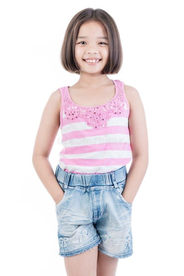 Portret van Aziatische leuke meisjes bevindende glimlach stock afbeeldingen