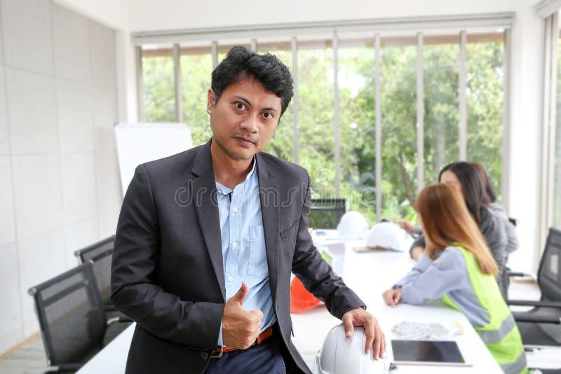 Portret van Aziatische mannelijke contractantingenieur in vergaderzaal bij t stock foto's