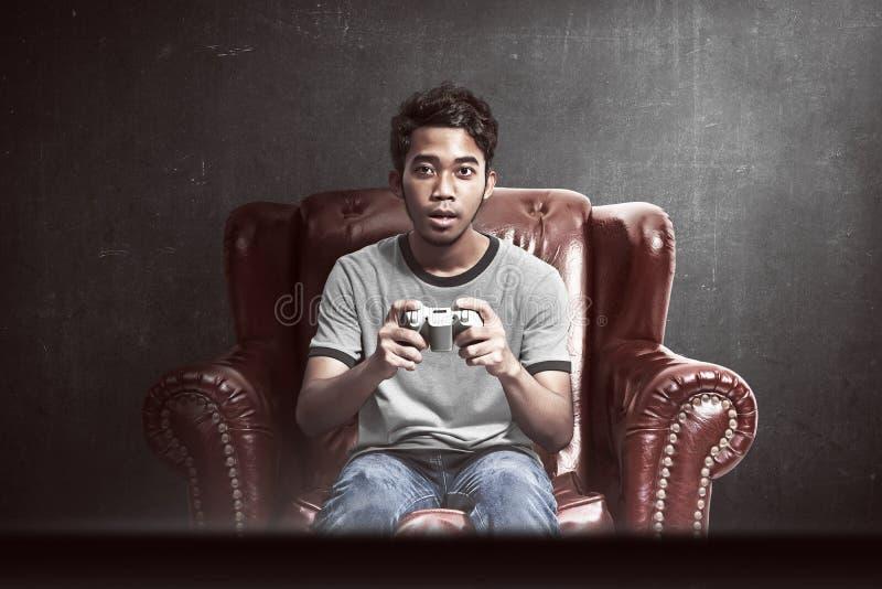 Portret van Aziatische mens het spelen videospelletjes stock afbeeldingen