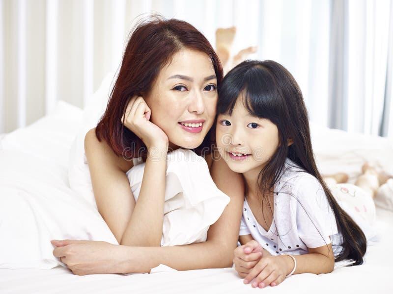 Portret van Aziatische moeder en dochter stock afbeeldingen