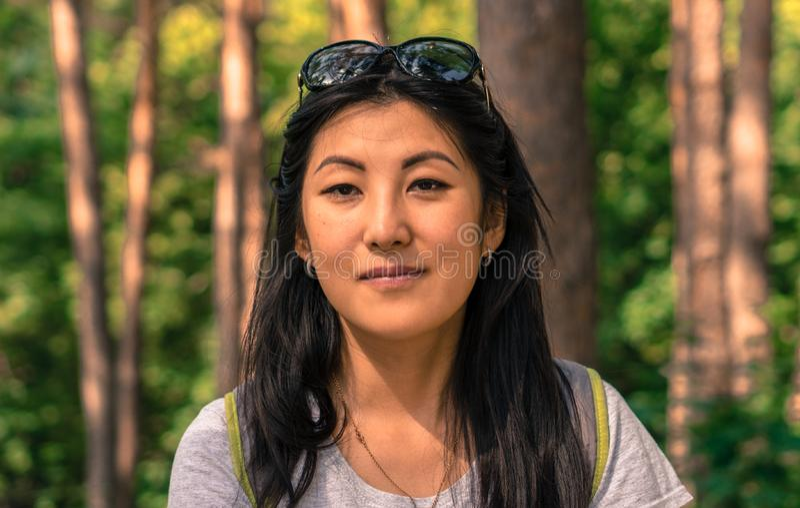Portret van Aziatische vrouw in het bos royalty-vrije stock foto's