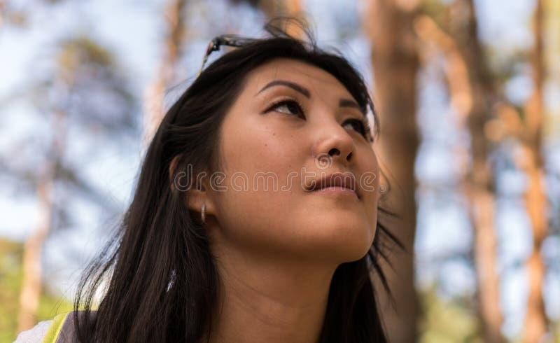 Portret van Aziatische vrouw in het bos royalty-vrije stock afbeeldingen