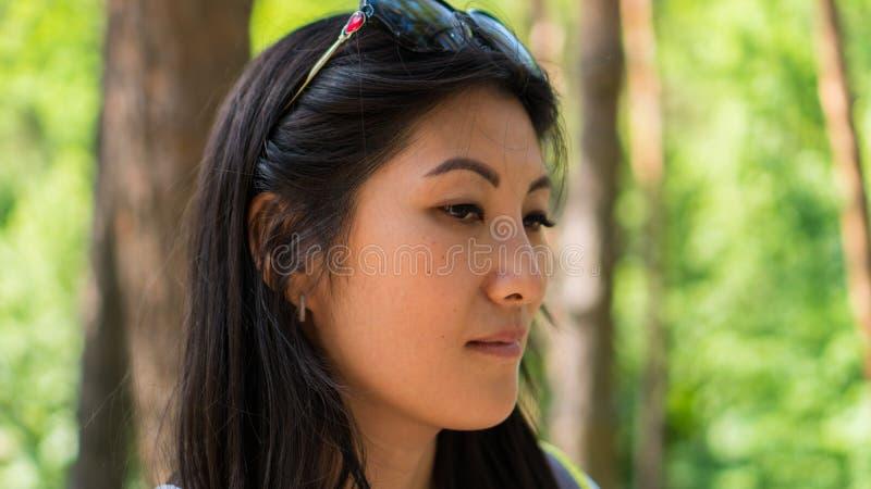 Portret van Aziatische vrouw in het bos stock afbeelding