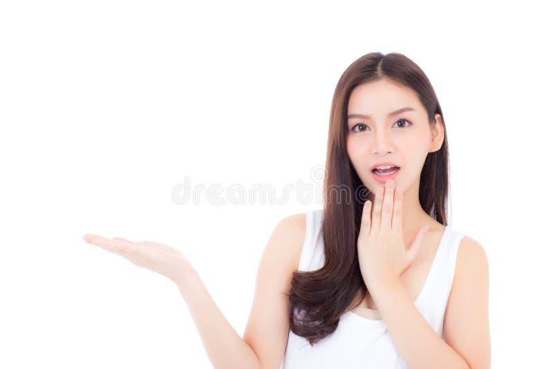 Portret van Aziatische vrouwenverrassing en holding iets op hand stock fotografie