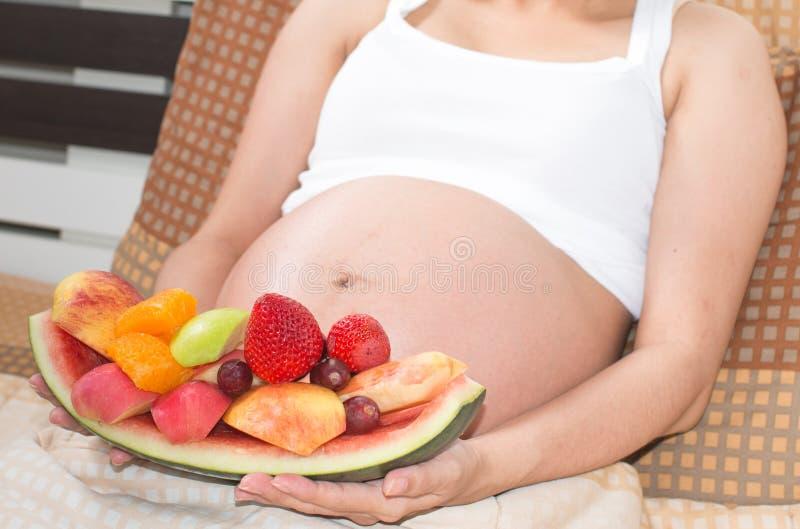 Portret van Aziatische zwangere vrouwen met verse vruchten royalty-vrije stock afbeeldingen